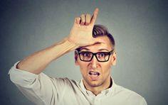 """Wer den sogenannten Büro-Knigge nicht beherrscht, katapultiert sich schneller ins Karriere-Aus als man """"Entschuldigung"""" sagen kann. Kaum ein anderer Bereich des alltäglichen Lebens reagiert so allergisch auf unhöfliche Fauxpas wie der berufliche. Das Fatale: Die Fettnäpfchen lauern an jeder Ecke.   #Arbeitsplatz #Büro-Knigge #Fauxpas #Fettnäpfchen #No-Go #Peinlich #unhöflich"""