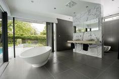 Offenes Duschen Design mit Trennwand aus Marmor