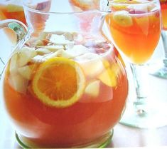 Sangria : la meilleure recette Sangria blanche à faire à l'avance. Sangria Punch, Sangria Cocktail, Sangria Wine, Brunch, Yummy Drinks, Tapas, Good Food, Food And Drink, Nutrition