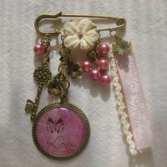 """Broche romantique cabochon """"love"""", perles, dentelle, ruban et fleurs"""