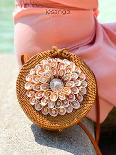Diese wunderschöne Korbtasche wurde in liebevoller Handarbeit unter fairen Arbeitsbedingungen in Bali produziert.   Shoppe diesen Hingucker und noch viele weitere Taschen und Schuhe von Bali BAli in unserem Fair Fashion Online Shop! www.jesango.de  #fairfashion #jesango #outfitinspiration #shopthelook #fairemode #nachhaltig #balibali Bali, Fashion Online Shop, Bangles, Bracelets, Shells, Beige, Jewelry, Seashells, Braid