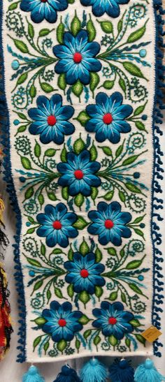 This Pin was discovered by Neş Mexican Embroidery, Embroidery Applique, Floral Embroidery, Cross Stitch Embroidery, Embroidery Patterns, Machine Embroidery, Stitch Patterns, Hand Embroidery Videos, Embroidered Flowers