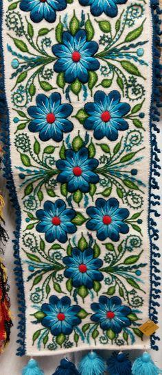 Camino de mesa bordado Ayacucho hecho a mano con lana de oveja Makafa Export exportadora de la mejor Artesanía Ayacuchana - PERU alpaca hecha a mano,  Ayacucho, alpaca.