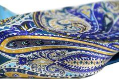 Un sublime foulard carré en soieaux motifs Paisley du cachemire et à la beauté exceptionnels