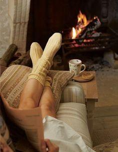 暖炉の前のソファでゆっくりと過ごす休日。 まるで映画のような風景がお家にあったら・・。