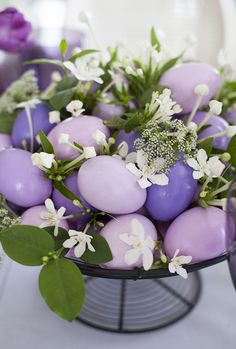 Mesa de Páscoa - arranjo de ovos pintados de tons de rosa, lilás e violeta com florzinhas brancas entre eles  ( Decoração: Fabiana Moura | Flores: Bothanique )