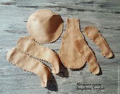 По многочисленным просьбам представляю свой вариант шитья текстильной куклы. Мастер-класс подойдет для начинающих, возможно, и опытные рукодельницы найдут для себя интересные моменты. Итак, приступим. Для работы нам потребуется: Ткань для тела куклы (я использую корейский хлопок), выкройка, ножницы простые и зиг-заг (не обязательно), нитки в тон ткани, крепкие нитки для пришивания ножек и ручек,…