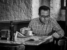 Breakfast with newspapers — Javi Calvo Fotógrafo – Street Photography