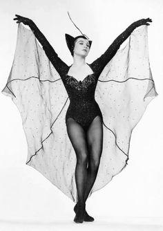 Create your own Bat costume for Halloween Bat Halloween Costume, Halloween Pin Up, Halloween Inspo, Halloween 2018, Vintage Halloween Photos, Diy Bat Costume, Burlesque, Halloween Karneval, Look Dark