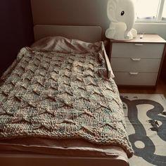 Envie d'une couverture XXL?  Pour le lit ou le canapé 🛌🛋 Pour dormir ou les soirées télé 💤📺 Sur tes pieds ou sous ton nez 👣👃🏼 Tu ne pourras plus t'en passer 💙💞💙 💤 💤 💤 💤 . . . #couverturepure #pure  Tricotée à la main, elle est 100 laine vierge...so cocoon ☕️🧶💋💝 #couverture #thewool #marshmallow #chamallow #guimauve #couverturefaitmain #handmade #faitmain #blanket #pureblanket #manta #hechoamano #cadeauautricot #cadeaunaissance #cadeaudenaissance #cadeaudenaissancefaitmain… Cocoon, Table, Furniture, Home Decor, Blanket, Hand Made, Marshmallow, Envy, Decoration Home