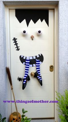 1000 images about decoracion en puertas lucy on for Decoracion de halloween