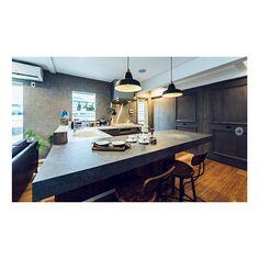 女性で、3LDKのキッチン/ジャーナルスタンダードファニチャー/無垢の床/グレー/グレーの壁…などについてのインテリア実例を紹介。「コの字の使いやすさ✧picはハウスメーカーHPからお借りしました」(この写真は 2015-04-16 20:11:34 に共有されました) Home Kitchens, Conference Room, Sweet Home, Table, House, Furniture, Home Decor, Decoration Home, House Beautiful