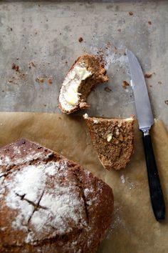 En enkel rugbrød oppskrift er alltid kjekt å ha. Og med denne oppskriften kan du begynne på deigen på ettermiddagen og ha ferskt brød til kveldsmat! Baked Goods, Camembert Cheese, Bacon, Food And Drink, Bread, Ost, Cakes, Lifestyle, Scan Bran Cake