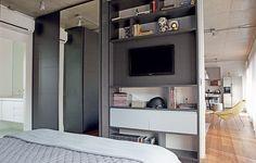 No projeto da arquiteta Andrea Reis, o armário se desdobra no móvel da TV, que funciona também como estante. Apostar em soluções multiuso é fundamental para apartamentos pequenos, como este, de 70 m²