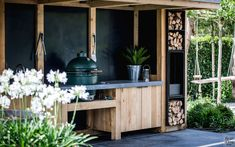 The backyard of a villa with a beautiful barbeque corner, design and realization by the architects and stylists of Kabaz. Small Backyard Decks, Backyard Landscaping, Big Green Egg Outdoor Kitchen, Interior Garden, Outdoor Living, Outdoor Decor, Outdoor Settings, Pool Houses, Garden Inspiration