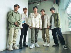 Korean Entertainment Companies, Cute Emoji Wallpaper, Group Photos, Videos Funny, Pop Music, Pop Group, Cute Wallpapers, Military Jacket, Bomber Jacket