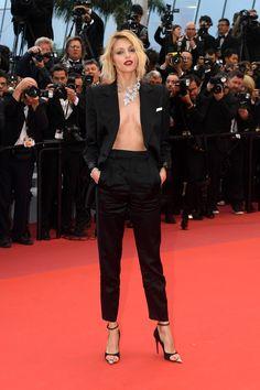 Black will not be darkish Anja Rubik in YSL at Cannes 2019 Modest Marriage ceremony Clothes A lot of Anja Rubik, Tilda Swinton, Charlotte Gainsbourg, Léa Drucker, Bijoux Chopard, Elle Fanning, Jimmy Choo, Vogue Paris, Le Smoking