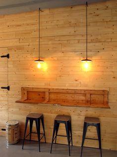 Pared de madera y taburetes metálicos