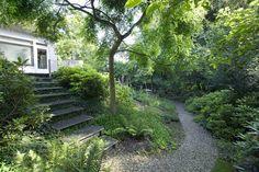 Villa met natuurlijke tuin Zogenaamd natuurlijke groepering (gestrooid) van veel vaste planten in een groene setting . Geaccidenteerd terrein geeft een extra dimensie.