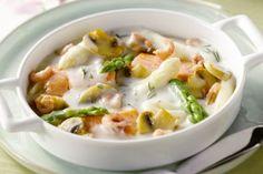 Fish pan with asparagus - A wonderfully original and light stew with white and green You can replace the fi - Cajun Recipes, Fish Recipes, Snack Recipes, Healthy Recipes, Keto Snacks, Green Bean Recipes, Blueberry Recipes, Foods With Gluten, Fish Dishes