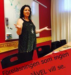 Föreläsningen som ingen jävel vill se, i Malmö 2015-05-09 starttid 16.00 Malmö Du bör vara medveten om att du utsätter dig för vissa risker om du skulle gå på den föreläsningen. Risken finns att du lär dig hur du blir på bättre humör och hur du får en mer positiv attityd. Du kanske till och med drabbas av att känna någon form av glädje ett par minuter varje dag. Du kanske till och med börjar se din partner med andra ögon och blir lite småkär igen. Efter den här föreläsningen så kommer du…