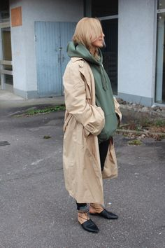 Der Hoodie #hoodie #vetements #trenchcoat #hip #streetstyle #fashion #blogger #lotd #ootd #leatherpants #babouche
