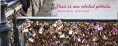 """En nuestro primer artículo sobre #París, """"Mi Paris en #citas"""", nuestra autora Amelie Lelarge nos cuenta de lo que hace esa ciudad atractiva así como de sus experiencias negativas y descubrimientos en la #capital del #turismo. Aquí pueden ver al bonito #puente de las #Artes que atrae a los artistas y a los #turistas quienes dejaron estos #candadosdeamor en cada rincón. Hoy las rejas están tapadas para prohibir esta costumbre : el riesgo es que se caen con el peso de los candados."""