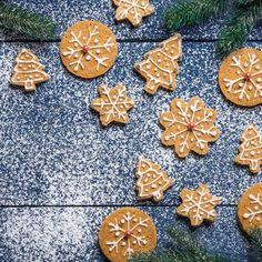 Χριστουγεννιάτικα μπισκότα με τζίντζερ και αμύγδαλο / Christmas Cookies with ginger. Μυρωδάτα και εντυπωσιακά χριστουγεννιάτικα μπισκοτάκια με τζίντζερ και αμύγδαλο. #cookies #cookiesrecipes #decoratedcookies #cookiesdecorated #christmascookies #christmasdecorations #greekrecipes #cookiesrecipe #greekfood #greekfoodrecipes #christmasdesserts #biscuitsdecoration #συνταγές #χριστούγεννα Biscuit Cookies, Christmas Recipes, Stepping Stones, Biscuits, Outdoor Decor, Crack Crackers, Stair Risers, Cookies, Cookie Recipes