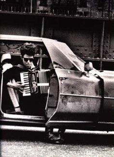 """Tom Waits, *1949, US-amerikanischer Sänger, Komponist, Schauspieler und Autor. Sein Stück """"Frank's Wild Years"""" von 1986, in dem er selbst als gescheiterter Akkordeonspieler mitwirkt, von Waits' Vater inspiriert. Am Akkordeon und verschiedenen Tasteninstrumenten wirkte der Juilliard-School-Absolvent Bill Schimmel mit."""