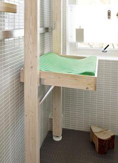 STELLEBORD I HELSPENN: Stativet står i spenn mellom tak og gulv, og er montert uten å bore eller skru. Stellebrettet kan felles opp når det ikke er i bruk. Løsningen er hjemmelaget.