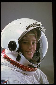 Anna Fisher, NASA astronaut, chemist, Emergency physician -first mother in space © John Bryson-Time and Life Pictures Space Shuttle, Anna Fisher, Astronaut Helmet, Astronaut Space Suit, Space Fashion, Nasa Astronauts, Space Girl, E Mc2, Space Race