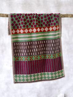 Weihnachten 2014 - Das Handtuch Kakel aus Öko-Baumwolle glänzt mit seinem Kombi-Muster. Verfügbare Farben: Dunkelnatur, Schwarz, Jade und Mohn. http://www.gudrunsjoeden.de/wohnen/produkte/handtuecher