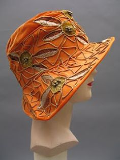 orange velvet & silk cloche - Courtesy of pastperfectvintag. 1920s Hats, Vintage Outfits, Vintage Fashion, Mode Vintage, Vintage Hats, Cool Hats, Fancy Hats, Love Hat, Mode Outfits
