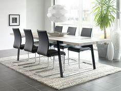 Rustic spisebord - Rustic spisebord i hvid olieret vildeg. Det enkle bord er støttet af sorte metalben. Flot og lækkert bord til spisestuen. Bordet er råt, stort og voldsomt - designet til mennesker, der holder af at udfolde sig uden begrænsninger, og som lever intenst i nuet. Bordet er fremstillet af tykke planker af massivt egetræ med naturlige revner og sprækker. De bliver båret af en flot jernkonstruktion, der er smedet sammen på en måde, så alle spor af smedeprocessen er bibeholdt fuldt…