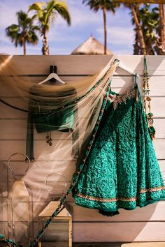 Grin sari wedding dress for wouth asian bride - Lehenga - Nadia D Photo | Glamorous South Asian Wedding in Cabo - Belle The Magazine
