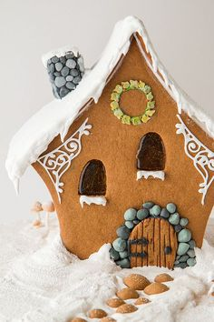 Christmas Gingerbread / A Very Fairy Gingerbread House Cool Gingerbread Houses, Gingerbread House Designs, Gingerbread Village, Christmas Gingerbread House, Christmas Sweets, Christmas Goodies, Christmas Baking, Gingerbread Cookies, Christmas Crafts