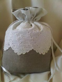 Joli sac Sewing Crafts, Sewing Projects, Underwear Organization, Coin Couture, Lace Bag, Lavender Sachets, String Bag, Linens And Lace, Quilted Bag