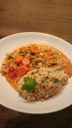 Biologische Thaise curry met veel groenten, kip en rijst met koriander Happy Healthy, Healthy Food, Healthy Recipes, Fried Rice, Grains, Ethnic Recipes, Cilantro, Healthy Foods, Healthy Eating Recipes