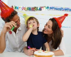 Gavettoni o tiro alla fune: facile organizzare una festa di compleanno all'aperto. Ma cosa fare quando fuori piove, nevica o fa freddo? Come intrattenere i bambini? Vi proponiamo un po' di giochi da fare in casa per una festa di compleanno davvero speciale.
