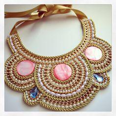 Pectoral by Luz Marina Valero Diy Necklace Collar, Felt Necklace, Fabric Necklace, Fabric Jewelry, Big Jewelry, Bohemian Jewelry, Jewelry Art, Jewellery, Bead Embroidery Jewelry