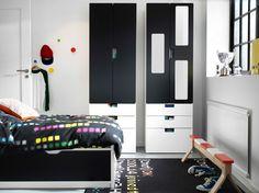 Pokój dla dzieci z czarno-białym miejscem do przechowywania STUVA, łóżkiem FLAXA, czarno - białym oraz ławą IKEA PS 2014