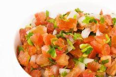 INGREDIENTES 2 tomates rojos cebolleta fresca cilantro picado El zumo de 1 limón 1 jalapeño verde picado fino (opcional) ELABORACIÓN Pelamos los tomates, quitamos las pepitas y picamos en daditos finos. Picamos muy menuditos los demás ingredientes y aderezamos con sal y el zumo de lima o limón. Servimos acompañando a unos nachos con queso, …