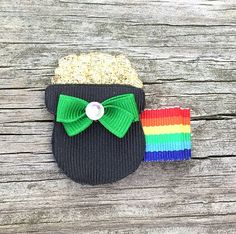Free Shipping on US orders of $15 or more (excluding shipping costs).. Use coupon code shipping4free at checkout :) This adorable Pot of Gold Hair Clip is the perfect clip for girls of all ages! Looks so cute worn alone or attached to an interchangeable headband! Perfect St. Pattys Day accessory and is also adorable for any Irish girl!  Pot of Gold measures approximately 1 1/2 inches and comes attached to your clip of choice (single or double prong alligator clip) thats been partially lined…