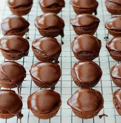 Check out CafeMom's list of the 40 best bite-sized desserts for baby showers. Even guests who have never been to the Lone Star State will devour these Texas sheet cake bites from Life in the Lofthouse. Mini Desserts, Quick Easy Desserts, Small Desserts, Bite Size Desserts, Desserts For A Crowd, Party Desserts, Dessert Recipes, Healthy Desserts, Delicious Desserts