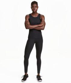 Ett par träningstights i stadigt, snabbtorkande funktionsmaterial med hög midja. Tightsen har en skulpterande effekt på midja, höfter, rumpa och lår. Tejpad söm på utsidan av benen. Bred mudd i midjan.