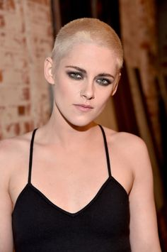 Kristen Stewart Cuts All Her Hair Off, Dyes Shaved Head Blonde!: Photo You've never seen Kristen Stewart like this before - she just unveiled a completely different look that includes a shaved head and bleached blonde hair! Kristen Stewart New Hair, Kristen Stewart Shaved Head, Cool Short Hairstyles, Popular Hairstyles, Celebrity Hairstyles, Fall Hairstyles, Very Short Hair, Short Hair Cuts For Women, Short Hair Styles
