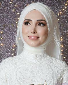 2021 Düğün Sezonunun En Trend 20 Tesettür Gelin Başı Modelini Bir Araya Getirdik. İşte Öne Çıkan Kapalı Gelin Başı Modelleri Hijabi Wedding, Wedding Hijab Styles, Fancy Wedding Dresses, Muslim Wedding Dresses, Wedding Attire, Bridal Dresses, Pakistani Bridal Makeup, Bridal Hijab, Hijab Bride
