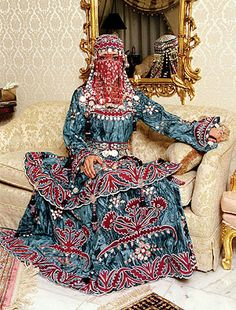 Saudi Arabia wedding dress - never saw one like this Traditional Fashion, Traditional Dresses, Traditional Weddings, Wedding Attire, Wedding Gowns, Wedding Divas, Costumes Around The World, We Are The World, Folk Costume