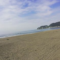 【lisamnjm】さんのInstagramをピンしています。 《#gm #goodmorning #sea #kamakura #yuigahama #beach #today #cill #sunnyday #sunday #dayoff #surf #おはようございます #朝活 #おねむ #ひとり #黄昏 #晴れてきた #鎌倉 #由比ヶ浜 #海 #まったり 🏄🏄🏄 朝の由比ヶ浜☺︎ シート持ってくればよかったなぁ〜》