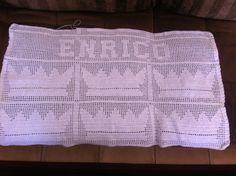 Manta feita em linha clea com motivos de coroa de principe, e o nome do bebe em croche filé.  Pode ser feita em varias cores e linhas ou lã